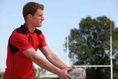 Patear pelota de rugby player — Foto de Stock