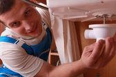 Rörmokare reparera diskbänk — Stockfoto