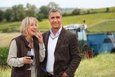 Wijnproducenten lachen in de wijnstokken — Stockfoto