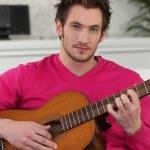 jeune homme jouer de la guitare — Photo