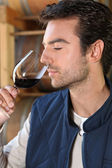 Man smelling red wine fragrances — Stock Photo