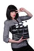 стильная женщина с доской хлопать фильм — Стоковое фото