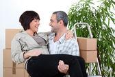 Homme portant son partenaire sur le seuil de leur nouvelle maison — Photo