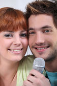 Portrait of young couple singing — Stock Photo
