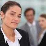 mujer de negocios con colegas en fondo — Foto de Stock