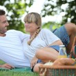 Young couple having a picnic in the park - Stockfoto