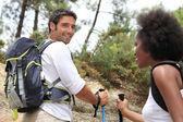 Casal caminhadas nas montanhas — Foto Stock