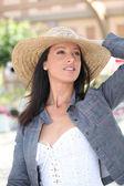 Femme avec chapeau de paille — Photo