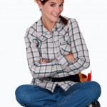 Милый женский строительный рабочий, сидя на полу — Стоковое фото
