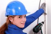 Weibliche handwerker mit einer bohrmaschine — Stockfoto