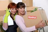 Twee vriendinnen regelen hun nieuwe appartement — Stockfoto