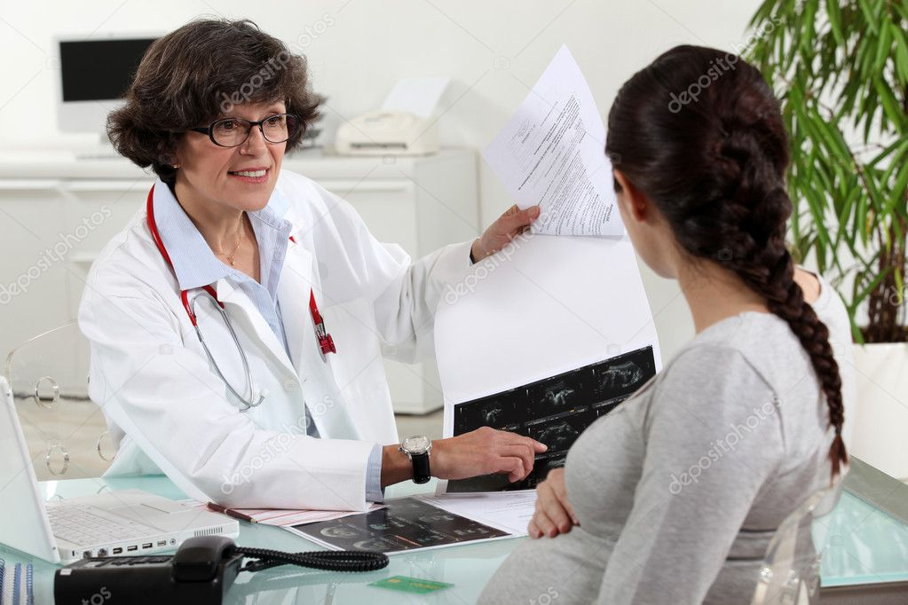Pregnant woman visiting her doctor — Stock Photo #7456076
