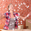 Womthrowing up packing peanuts — Foto de stock #7549832