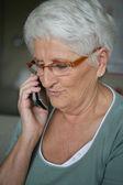 Anciana haciendo llamada — Foto de Stock