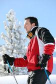 Skieur en regardant les paysages — Photo