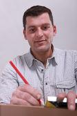 Tatlı bir odun parçası üzerinde bir çizgi çekerek bir adam — Stok fotoğraf
