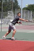 Mann, spielen tennis auf einem hartplatz — Stockfoto