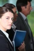 Jeune femme dans une réunion d'information de l'entreprise — Photo