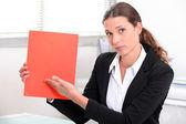 女人在办公桌显示文档 — 图库照片