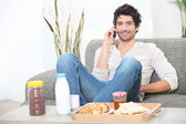 Man eating breakfast at home — Stockfoto