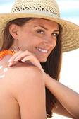 Mujer aplicar protector solar — Foto de Stock