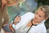 Medición de la presión arterial de un paciente médico — Foto de Stock