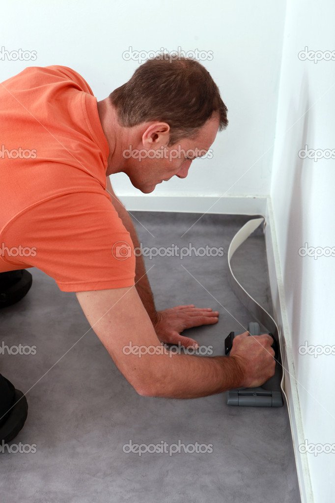 Workman putting down linoleum flooring — Stock Photo #7550093
