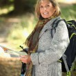 Woman backpacking — Stockfoto