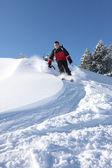 Adam yokuş aşağı kayak — Stok fotoğraf