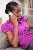Portrait d'une femme sur le téléphone — Photo
