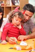 Pais ajudar a criança com decorações de halloween — Foto Stock