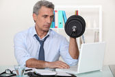 Biznesmen wykonywanie ćwiczeń w jego biurze — Zdjęcie stockowe