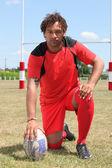 Gracz rugby, na kolanach — Zdjęcie stockowe