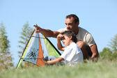 Far och son flyga drake — Stockfoto