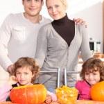 familjen samlades runt köksbordet förbereder pumpor — Stockfoto