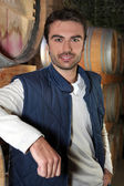 Man stond in wijn kelder — Stockfoto