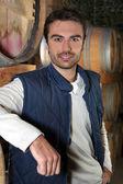 Mężczyzna stał w piwnicy winiarskiej — Zdjęcie stockowe