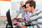 Alunos trabalhando em computadores — Foto Stock