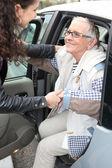 Mladá žena asistent stará dáma z péče — Stock fotografie