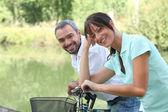 男性と女性が外のバイクのために国で乗る — ストック写真