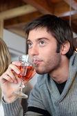 Junger mann mit einem glas rosé — Stockfoto