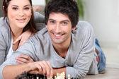 情侣玩棋 — 图库照片