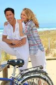 Couple cycle to the sea — Stock Photo