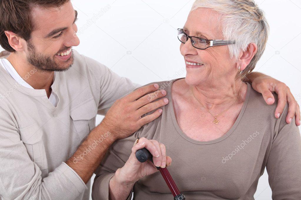 пожилые матери и молодые парни фото