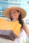 Uma mulher em um frenesi de compra. — Foto Stock