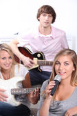 Teenagers playing music instruments — Stock Photo