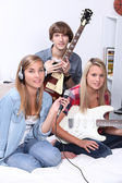Teenagers making music in a bedroom — Stock Photo