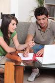 два подростка, делать домашнюю работу — Стоковое фото