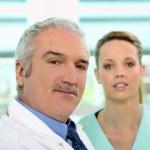 enfermeira e médico olhar amigável — Foto Stock