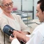 starší žena s její krevní tlak kontrolovat — Stock fotografie
